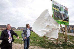 15-115 Foto 1- Onthulling bouwbord Ewoningen door Jop Fackeldey en Leo Hoksbergen - Fotostudio Wierd